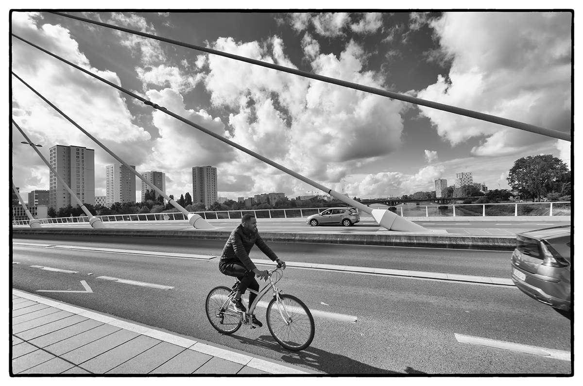Cyclise sur le pont Tabarly