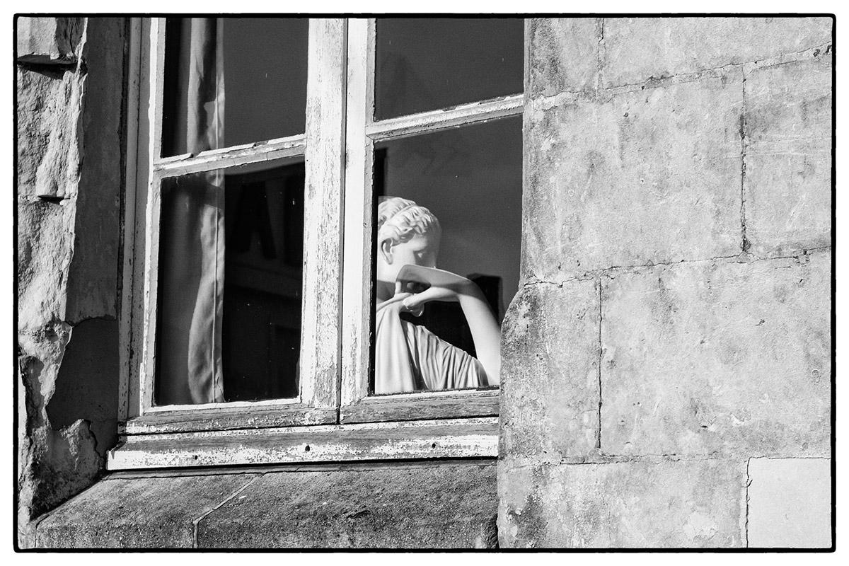 par la fenêtre ?